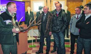 Der Leiter der Samendarre (links), präsentiert die neue Ausstellung (Foto: Fred Lucius)
