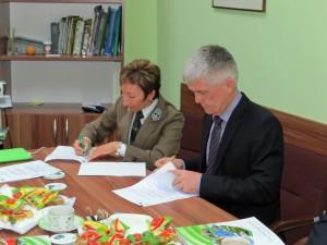 Dorota Janicka und Uwe Lenschow beim Unterzeichnen der Kooperationserklärung