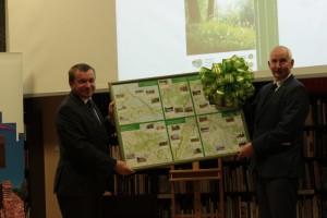 Der Marschall der Wojewodschaft Westpommerns und er Direktor des LUNG mit der neuen Karte (Foto: D. Dinse)