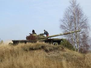 Jens Krüger befestigt einen Nistkasten auf einem ausgedienten Panzer (Foto: F. Joisten)