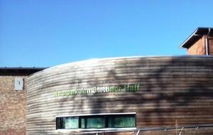 Besucherinformationszentrum des Naturparks in Eggesin mit neu eingefärbten Schriftzug (Foto: Naturparkarchiv)