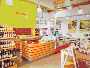 Der Milchladen in Biesenthal bietet ein vielfältiges Sortiment und erlaubt den Blick in die Molkerei. Foto: Lobetaler Bio-Molkerei