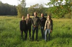Die Projektgruppe auf den Drehnitzwiesen - vlnr: Margareta Lemke, Julian Jaschke, David Sumser, Sebastian Schmidt, Susanne Korff (Foto: Projektgruppe Drehnitzwiesen HNE)