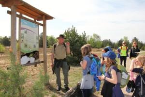 Dirk Krone ist Naturparkwächter und in dieser Funktion vermittelt er wertvolle Botschaften aus dem Bereich der Umweltpädagogik und sensibilisieren so den Nachwuchs für die Belange von Flora und Fauna. Im Rahmen der Klassenfahrt ging es als erstes um die Besonderheiten der Schönower Heide. (Foto: Andrea Brodersen)