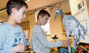 Der Kranich im Moor: Max (r.) erklärt seinem Freund Mino aus der Parallelklasse, wie die Schüler das Exponat hergestellt hat. Für das Ausstellungsobjekt gewann die Max' Klasse den großen Moorentdeckerpreis der Naturwacht Barnim. (Foto: Lukas Grybowski)