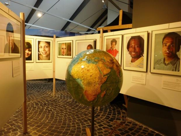 Ausstellung mit Globus 620x465 Ausstellung vom Wegmüssen und Ankommen