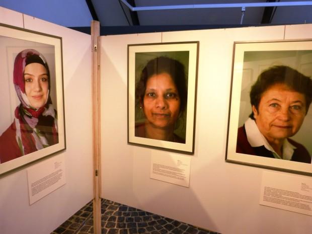 Drei Frauen 620x465 Ausstellung vom Wegmüssen und Ankommen