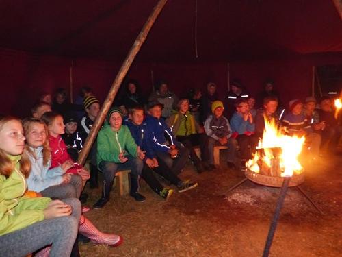 gespannte Zuhörer beim Vorlesen der selbst geschriebenen Märchen2 2016 bundesweites Treffen der Junior Ranger in der Rhön