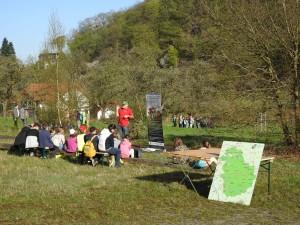 Theoretischer Unterricht auf der Obstwiese (Bild: Inga Dohmann/Naturpark Bergisches Land)