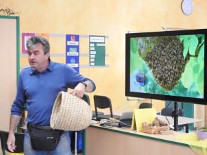 Herr Trenz mit einem Bienenkorb (Foto: Naturpark Bergisches Land)