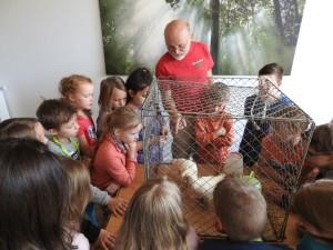 Peter Schmidt hat zwei Hühner mitgebracht (Foto: Naturpark Bergisches Land)