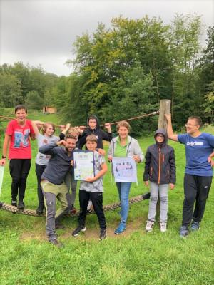 Zum Abschluss des Naturaktionstags gab es eine Urkunde für die Klasse 8 von Benni Stapf und Inga Dohmann (Bild: Naturpark Bergisches Land)