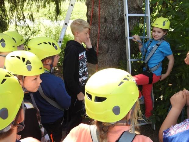 Klettern im Team Foto Naturpark Bergisches Land 620x465 Klassenfahrt der Naturpark Schule Hülsenbusch
