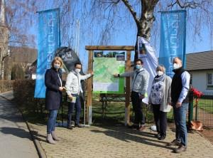 (v.l.n.r.) Anne Loth (Bürgermeisterin der Hansestadt Wipperfürth), Tobias Kelter (Geschäftsführer Das Bergische / Naturarena), Jens Eichner (Geschäftsführer Naturpark Bergisches Land), Ute Berg ( 1. Vorsitzende des Bürgervereins Kreuzberg) und Martin Graffmann (Tourismusbeauftragter der Hansestadt Wipperfürth) stellen die erste neue Wanderparkplatz-Tafel in Wipperfürth-Kreuzberg vor.   Am 24.03.2021 wurde in Wipperfürth-Kreuzberg die erste neue Wanderparkplatz-Tafel vorstellt. Die Tafel ist der Prototyp für zahlreiche weitere Wandertafeln, die der Naturpark Bergisches Land zusammen mit den Ortstouristikern in den nächsten Jahren im ganzen Naturpark Bergischen Land aufstellen möchte. Entwickelt wurde das Pilotprojekt vom Naturpark Bergisches Land zusammen mit Wipperfürth Tourismus, Das Bergische und dem Bürgerverein Kreuzberg.