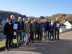 Seminarleiter Dr. Lutz Wetzlar mit Teilnehmerinnen und Teilnehmern der ersten Zukunftswerkstatt Dorf des Naturpark Bergisches Land (Foto: OBK)