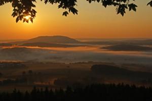 Blick zum Pöhlberg im Morgennebel – © VDNHelmut Schmidt – Erzgebirge  Vogtland