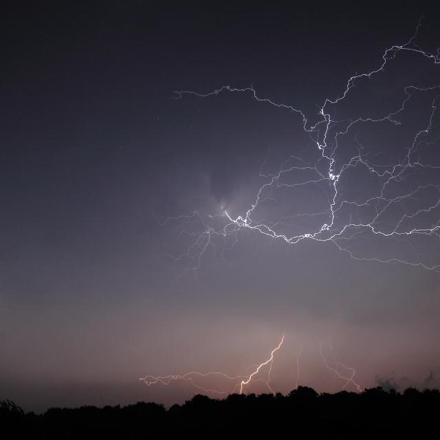Klicken Sie auf das Bild des Tages im Fotoportal: Blitze über dem Venn – © VDNRaimund Knauf - Deutsch-Belgischer Naturpark Hohes Venn - Eifel