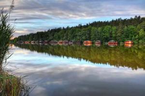 Klicken Sie auf das Bild des Tages im Fotoportal: Bootshäuser – © VDNHans-Jürgen Schmidt - Nördlicher Oberpfälzer Wald