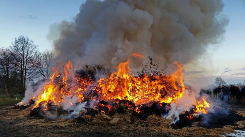 Klicken Sie auf das Bild des Tages im Fotoportal: Brauchtum Osterfeuer – © VDNOpa - Steinhuder Meer