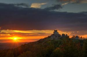 Klicken Sie auf das Bild des Tages im Fotoportal: Burgruine vor untergehender Sonne – © VDNNorbert Schreiber - Nördlicher Oberpfälzer Wald