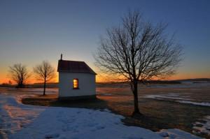 Klicken Sie auf das Bild des Tages im Fotoportal: Das Licht ist schon an – © VDNNorbert Schreiber - Nördlicher Oberpfälzer Wald