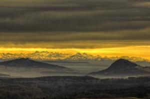 Klicken Sie auf das Bild des Tages im Fotoportal: Hegau und Berner Alpen – © VDNStanislaus Plewinski - Obere Donau