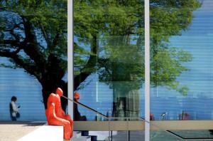 Klicken Sie auf das Bild des Tages im Fotoportal: Natur und Kunst (und ich) im Spiegel der Architektur – © VDNUlrike Sobick - Siebengebirge