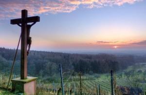 Klicken Sie auf das Bild des Tages im Fotoportal: Sandstein-Kreuz im Weinberg3 – © VDNdietmar tunk - Spessart