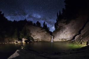 Klicken Sie auf das Bild des Tages im Fotoportal: Unsere Galaxie über dem Wasserfall – © VDNThomas Raffler - Nagelfluhkette
