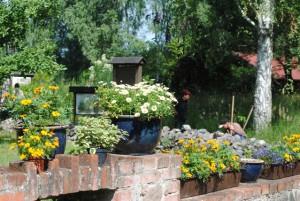 Bunte Ziegelmauer im Biogarten (Foto Hans Sonnenberg)