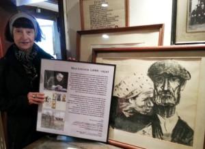 Carmen Knop vom Heimathaus Prieros bereitet die kleine Ausstellung vor.