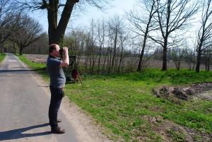 Der Leiter des Naturparks beim Fischadler beobachten (© Astrid Osenbrück)