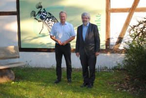 Carsten Preuß und Axel Vogel vor dem Infopunkt des Naturparks (© Theresa Schwalbe)