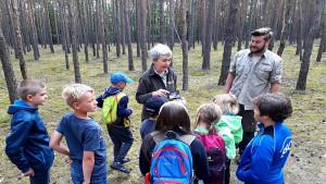 Ranger bei der Umweltbildung mit Kindern (© Burg Storkow)