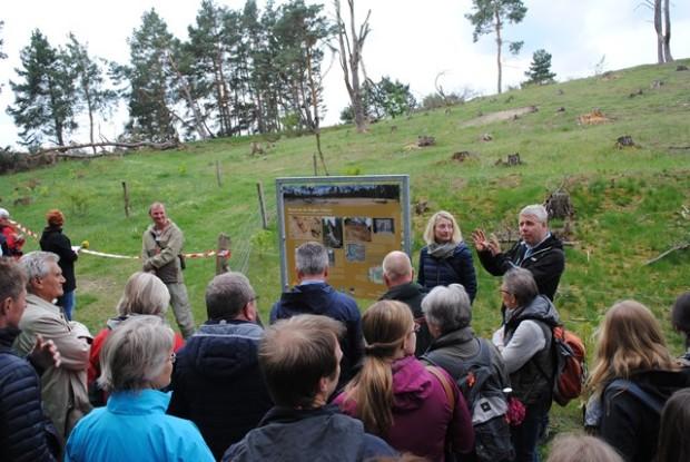 npd eröffnung bugk sonnenberg 620x415 Naturparkvertreter eröffneten Wanderweg und pflanzten Obstbaum