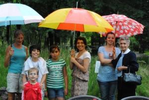 Ob Sonne pur oder Regen satt: Frohe Stimmung beim Sommerfest im Biogarten (Foto: Sonnenberg)