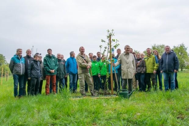 npdh baumpflanzung apfelkonsorten 620x414 Naturparkvertreter eröffneten Wanderweg und pflanzten Obstbaum
