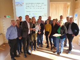 """Die am Projekt beteiligten Akteure posieren für ein gemeinsames Gruppenfoto bei der Übergabe des fertigen Projektes """"Vernetzte Mobilität Dübener Heide"""" (C) VDH"""