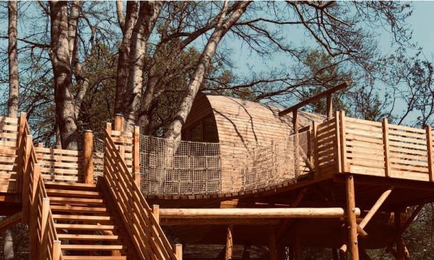 Baumhaus mit Terrasse und Hängebrücke 500 300 Fotos Manuela Schröter 620x372 Träumen zwischen Bäumen: Tag der offenen Tür im Baumhaus