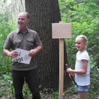 Vorsitzender des Vereins Dübener Heide Axel Mitzka zeichnet Greta Stowasser zur Baumpatin aus (C) Wulf Littke