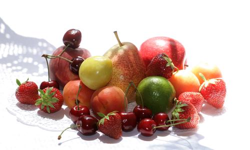 Fruechte Joghurtterine an frischen Früchten ...