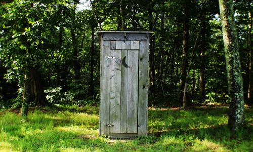 Gartenntoilette amy reed unsplash 500 Workshop Wie baue ich eine Komposttoilette?