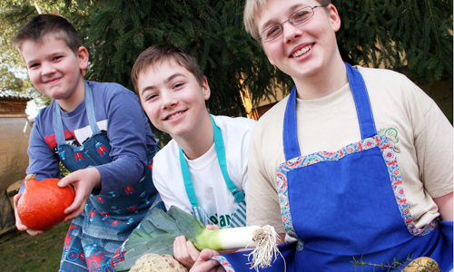 Gemüsejungen Junior Ranger zaubern Kürbis Gemüse Topf