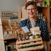 Theresia Stadtler-Philipp mit einer Auswahl regionaler Produkte (C) Elbetalfotografie/neuland+