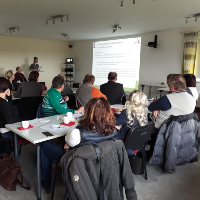Regionalmanagerin Monika Weber präsentiert die Projekte während der LAG Dübener Heide Sitzung in Pristäblich (C) VDH