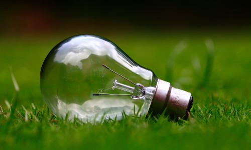 Light Bulb ashes sitoula 500 300 unsplash Plätze frei: Fortbildung zu Energiesparprojekten für Bildungsanbieter