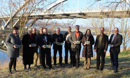 NP LSA Treffen Übergabe Broschüre 500 Naturparke in Sachsen Anhalt veröffentlichen gemeinsame Broschüre