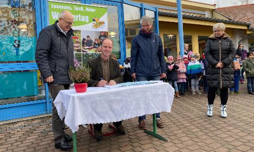 Unterzeichnung Kooperationsvertrag Foto NF 500 So ein Müll?!?: Grundschule Eilenburg Berg nach Projektwoche auf bestem Weg zur Naturparkschule