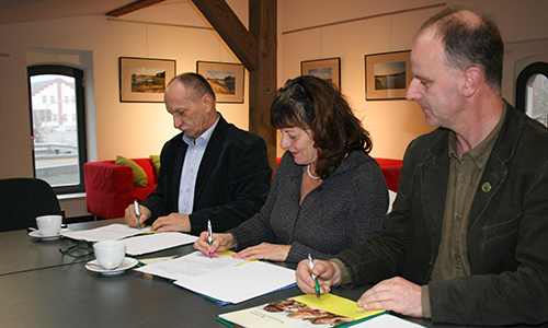 Vertragsunterzeichnung NP Schule 500 300 Grundschule Authausen wird Naturpark Schule