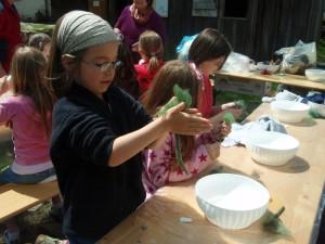Kinder beim Filzen